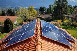 ČEZ loni instaloval 537 fotovoltaických elektráren na střechy domácností. Drtivá většina byla vybavena bateriemi
