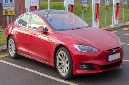 Tesla v dubnu představí vlastní baterie