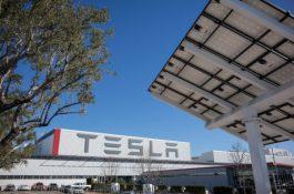 Tesla zavírá továrnu na výrobu elektromobilů,akcie prudce padají