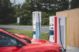 Ultrarychlá nabíječka bude elektromobily nabíjet zelenou energií