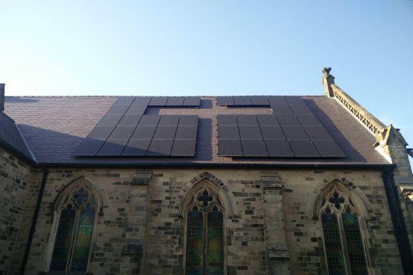 Průlomový verdikt: Zákaz umisťovat solární panely na střechy historických budov je vrozporu se zákonem
