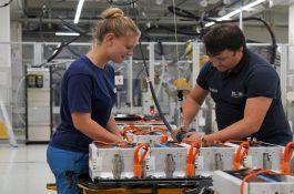 BMW bude investovat do zelených baterií ze Švédska