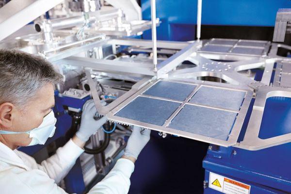 Cenová válka: Ceny solárních panelů letos nejprve porostou, pak ale mohou zamířit prudce na jih