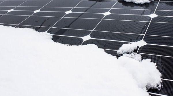 Co dělat, když vám fotovoltaickou elektrárnu zasype sníh?