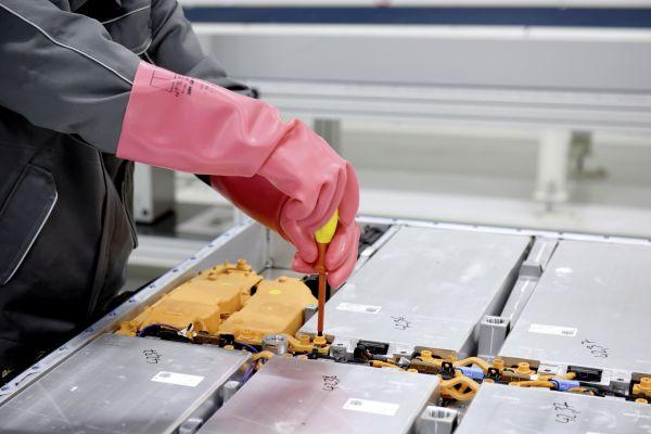 Video: Volkswagen vpraxi představil proces recyklace baterií zelektromobilů