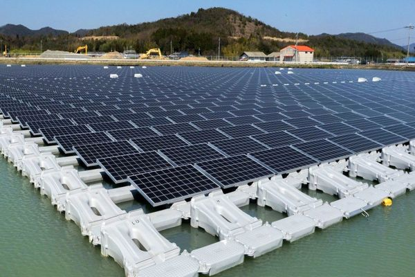 Vláda dnes projedná plán na výstavbu obřích plovoucích solárních elektráren v Česku