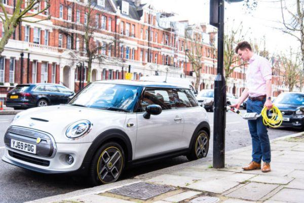VPraze vzniknou do čtyř let tisíce nabíječek elektromobilů v kandelábrech