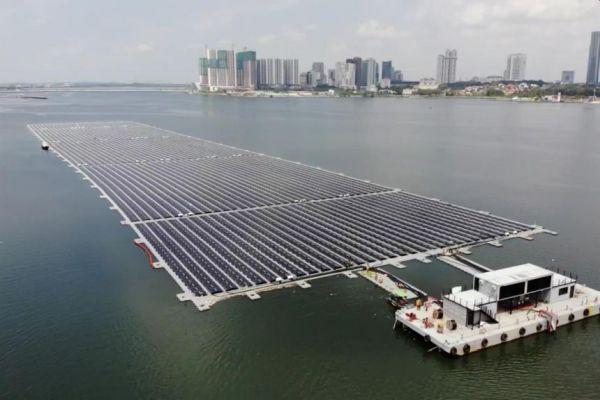 Singapur uvedl do provozu jednu z největších plovoucích solárních elektráren na moři
