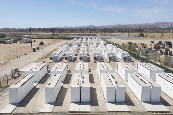 Obří akumulátor od Tesly bude sloužit jako náhrada za plynovou elektrárnu