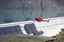 Švýcaři postavili unikátní projekt vertikální solární elektrárny na přehradě v Alpách