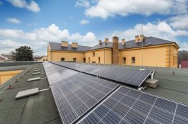 Gymnázium v Bílovci má zbrusu novou střešní fotovoltaiku. Investice zaplatí úspory za energie