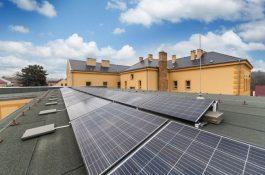 VPraze odstartoval pilotní projekt komunitní solární elektrárny